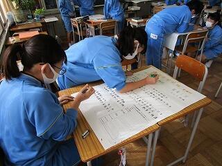 2年1組 進路学習 分担して各高校を調べ、模造紙にまとめています