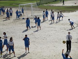 昼休み 安野先生も女子生徒に混ざってバレーボール