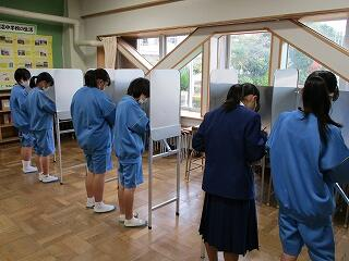投票の様子 選挙管理委員がしっかりと見届けています