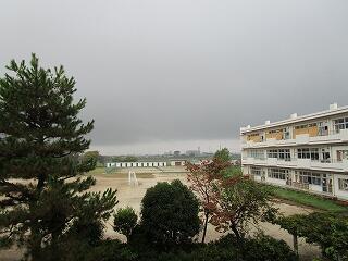 こんな空の日もありますが、飯沼中は生徒も教師も元気いっぱいです