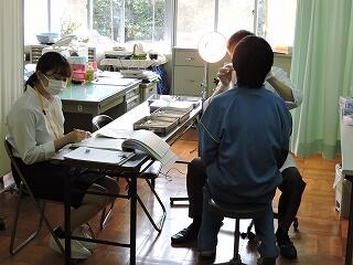 今日は歯科健診でした。県立大学の学生さんがボランティアで助手を務めてくださいました。
