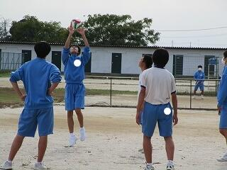 昼休みの風景 校庭で元気にボール遊び