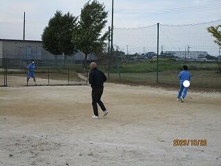 昼休みの風景 先生も元気にボール遊び