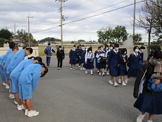 生徒会本部役員たちの朝のあいさつ運動