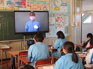 1年生はリモートによる学年集会 発表を聴く学級の様子