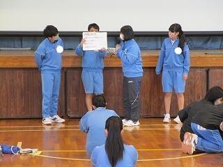 3年生は体育館で学年集会 生徒の運営と発表は見事なものでした