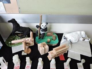 1年生の彫刻動物園と2年生の寄木細工の出品作品