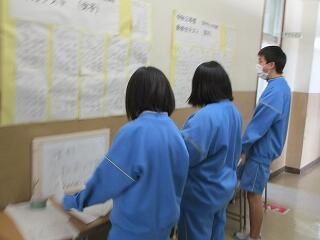 1階の廊下には国語や理科のテスト対策プリントが置いてあり、生徒は自由に持ち帰ることができます