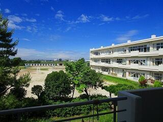 校長室の窓から見える学校